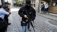 Jeden z příslušníků brazilské federální policie v Riu de Janeiro.