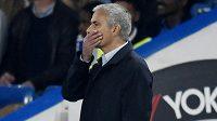 To snad není možné! Kouč Chelsea José Mourinho přihlíží obratu Southamptonu na Stamford Bridge.