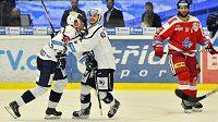 Zleva Václav Nedorost a Jan Eberle z Plzně se radují z prvního gólu během čtvrtfinále play off hokejové extraligy.