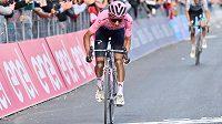 Kolumbijský cyklista Egan Bernal si v náročné 11. etapě upevnil vedení na Giru d'Italia.