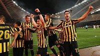 Euforie fotbalistů AEK Atény po neskutečném zápase. Výhru v prestižní bitvě s Olympiakosem si vychnutnal i Tomáš Pekhart (třetí zleva).