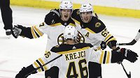 Hokejisté týmu Boston Bruins slaví vítězný gól v prodloužení utkání NHL s Ottawou. Na snímku střelec vítězné branky Torey Krug (47) s útočníky Bradem Marchandem (63) a Davidem Krejčím (46).