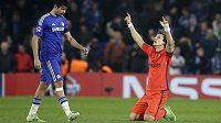 Radost i zklamání - obránce PSG David Luiz (vpravo) slaví postup svého celku, zatímco útočník Chelsea Diego Costa jen těžko rozdýchává vyřazení.