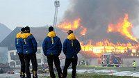 Členové švédského biatlonového týmu sledují plameny šlehající ze stodoly v těsné blízkosti jejich hotelu v Ruhpoldingu.