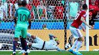 Maďarský záložník Zoltán Gera (vpravo) střílí úvodní gól utkání proti Portugalsku.