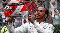 Lewis Hamilton slaví triumf ve Velké ceně Monaka.