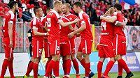 Fotbalisté Zbrojovky Brno oslavují gól proti Znojmu.