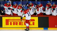 Český hokejista Jakub Flek (19) se raduje se spoluhráči z gólu proti Rusku.