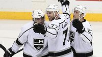 Hokejisté Los Angeles Kings Jeff Carter (77), Slovinec Anze Kopitar (11) a Alec Martinez.