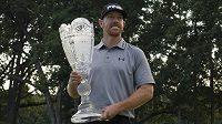 Americký golfista Hunter Mahan s trofejí pro vítěze The Barclays.