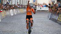 Ellen van Dijková slaví v italském Trentu evropský titul v závodu s hromadným startem.