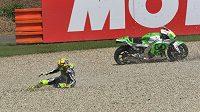 Pád italského jezdce Valentina Rossiho na okruhu v Brně při kvalifikaci kategorie MotoGP.