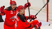 Hokejisté Třince (zleva) Michal Kovařčík a Aron Chmielewski se radují z gólu.