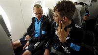 Leopold König (vpravo) s Chrisem Froomem domlouvali během nedělního leteckého přesunu taktiku, která včera zjevně fungovala.