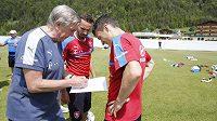 Lékař české fotbalové reprezentace Petr Krejčí vyplňuje formulář zaznamenávající intenzitu tréninku s Davidem Lafatou (vpravo) a obráncem Tomášem Sivokem.