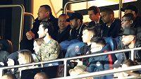 Neymar (nahoře uprostřed) utkání mezi Paris Saint Germain a Manchesterem United sledoval kvůli zranění pouze z tribuny.