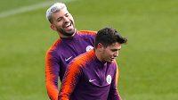 Španěl Brahim Díaz (vpravo) na tréninku Manchesteru City se Sergiem Agüerem.