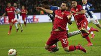 Fotbalistům Bayeru Leverkusenu bude ve zbytku sezony chybět nejlepší střelec Kevin Volland. Na snímku padá po faulu v pokutovém území.