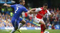 Útočník Arsenalu Alexis Sánchez (vpravo) v souboji s obráncem Chelsea Branislavem Ivanovičem v ligovém utkání londýnských rivalů.