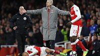 Trenér Arsenalu Arséne Wenger a jeho udivené gesto poté, co se k zemi skácel Alexis Sánchez po zásahu míčem v duelu s Leicesterem.