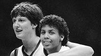 Anne Donovanová (vlevo) a Cheryl Millerová na OH 1984 v Los Angeles v americkém reprezentačním dresu.