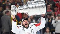 Washingtonský Alexandr Ovečkin se Stanley Cupem.