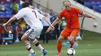 Nizozemský špílmachr Arjen Robben zkouší obejít dánského středopolaře Williama Kvista