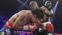 Hvězdný boxer Manny Pacquiao (vlevo) se kryje před údery novopečeného šampióna Američana Timothy Bradleyho