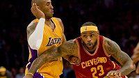 Kobe Bryant (vlevo) brání další hvězdu LeBrona Jamese z Clevelandu.