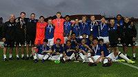Fotbalisté Evertonu pózují s medailemi a pohárem pro vítěze Generali CEE Cupu.