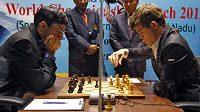 Šachisté Magnus Carlsen z Norska (vpravo) a Ind Višvánáthán Ánand.