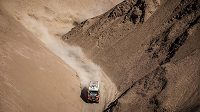 Aleš Loprais s kamiónem MAN v úzkém kaňonu při 8. etapě Rallye Dakar.