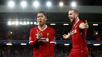 Liverpoolští Roberto Firmino (vlevo) a Jordan Henderson oslavují gól v odvetě play off Ligy mistrů proti Hoffenheimu.