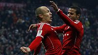 Fotbalisté Bayernu Arjen Robben a Thiago (vpravo) slaví gól.