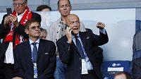 Předseda komise sudích UEFA Pierluigi Collina (dole vpravo).