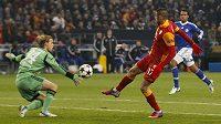 Burak Yilmaz z Galatasaraye střílí gól brankáři Schalke Timu Hildebrandovi.