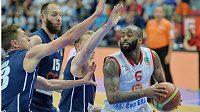 Basketbalisté Děčína (zleva) Luboš Stria, Jakub Houška a Tomáš Vyoral brání Dariuse Washingtona z Nymburka.