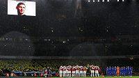 Pohled na hřiště i tribuny během minuty ticha před zápasem Arsenal - Cardiff.