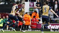 Obránce Laurent Koscielny (uprostřed) slaví se spoluhráči Giroudem a Gabrielem gól proti West Hamu ve 33. kole anglické Premier League.
