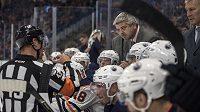 Kouč Edmontonu Oilers Todd McLellan hovoří s rozhodčím.