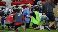 K poklekávajícím hráčům NFL se v minulosti připojil i Jerry Jones, majitel týmu Dallas Cowboys.