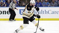 Útočník Boston Bruins David Krejčí střílí na branku St. Louis ve finále Stanley Cupu. V šestém duelu si do statistik připsal přihrávku na gól.