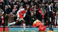Útočník Arsenalu Danny Welbeck se raduje z rozhodujícího gólu do sítě Leicesteru v zápase 26. kola anglické Premier League.