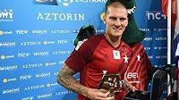Zdeněk Ondrášek (vlevo) přebírá cenu pro nejlepšího fotbalistu polské ligy za měsíc srpen.