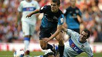 Jacka Wilshera z Arsenalu se snaží zastavit Leandro Somoza