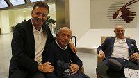 Místopředseda fotbalové asociace Roman Berbr a trenér reprezentace Karel Jarolím byli před odletem do Dauhá zjevně v dobrém rozmaru.