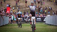 Jaroslav Kulhavý slaví vítězství v charitativním závodě Champions Race v jihoafrickém Kayamandi.