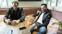 Brankář Petr Čech (vlevo) je pro agenturu Viktora Koláře významným klientem, i proto spolu často diskutují nejen o fotbalových věcech.