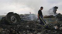 Trosky malajského Boeingu 777, který na východě Ukrajiny nejspíš sestřelili proruští separatisté.