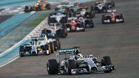 Lewis Hamilton v čele, Nico Rosberg ztrácí.